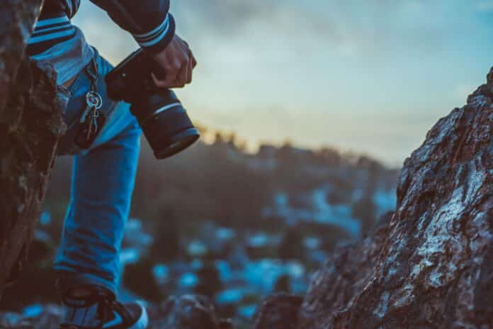 Conoce tu cámara. Lee el manual y familiarízate con las funciones de tu cámara. No tengas miedo a probar otros modos y cambiar las opciones. Puedes tomar la misma foto con diferente configuración y luego ver qué cambios hubo en cada una de las capturas. De esa manera aprenderás qué significa cada opción y podrás saber en la práctica cuál te gusta más.